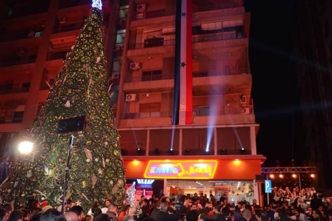 """""""ايماتيل"""" تضيء شجرة الميلاد على اتوستراد المزة بدمشق احتفالا بعيدي الميلاد المجيد ورأس السنة شركة"""