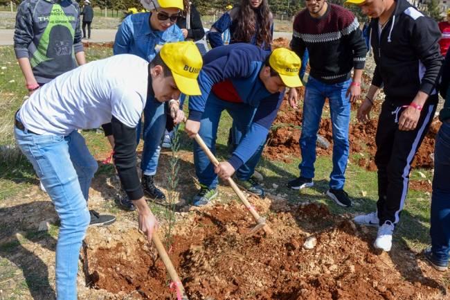 بيلدكس يزرع معرة صيدنايا بـ 500 شجرة.. دكاترة جامعة أنطاكية: الحملة مهمة في دعم المشاريع الزراعية ونشر التوعية البيئية