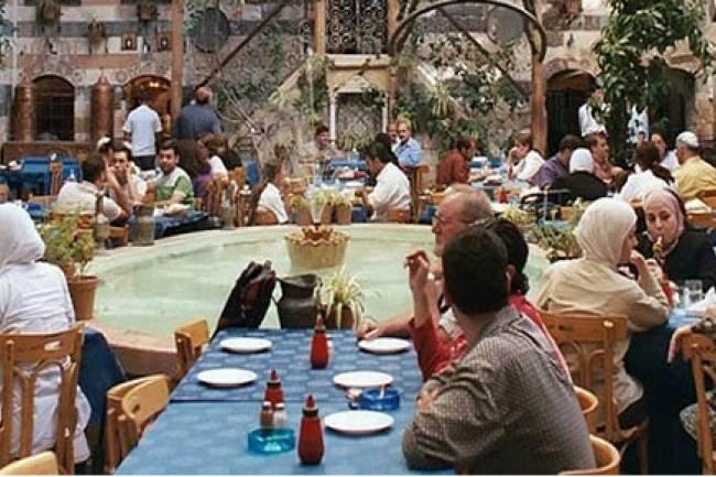 الحكومة تسمح بفتح الأسواق وتدرس إعادة عمل المطاعم والمقاهي