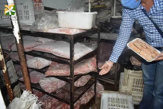 الشؤون الصحية بدمشق تضبط عشرات الأطنان من لحم الفروج المفروم والفاسد في ورشة بحي الميدان