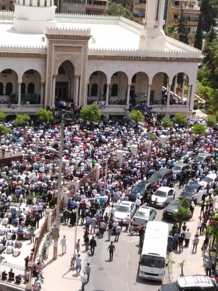 عشرات الآلاف يشاركون بصلاة الجنازة على روح الداعية فتحي الصافي
